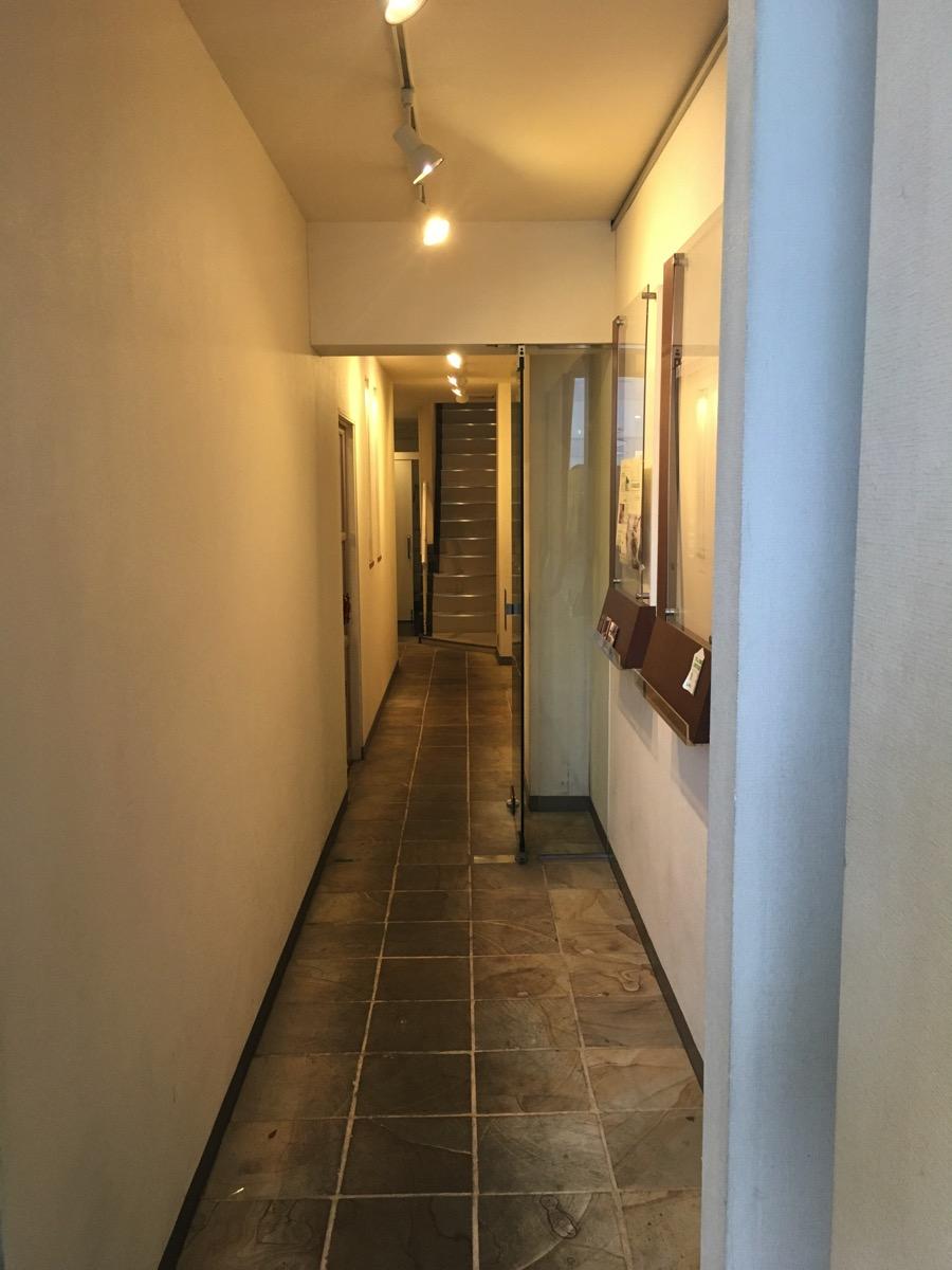 コシーナウチダが入っているビルの一階通路の画像