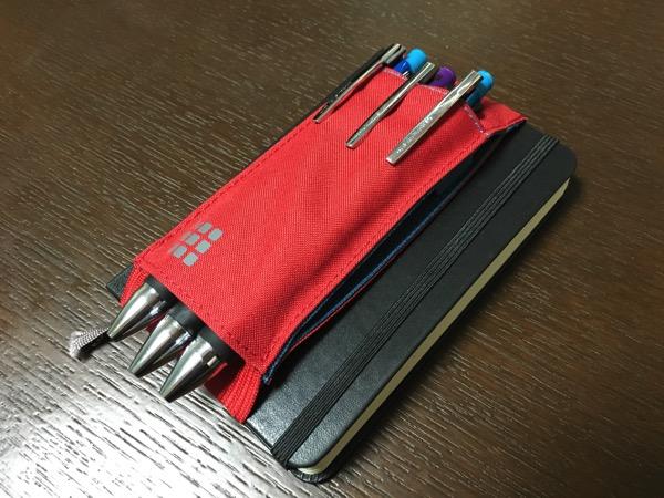 モレスキンノートブックツールベルトをモレスキンに装着してボールペンを3本いれた画像