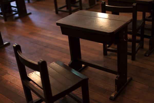 木製の机の画像