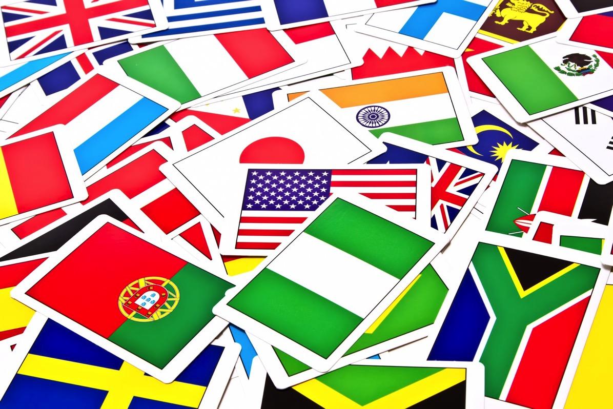 散らばった国旗のカード