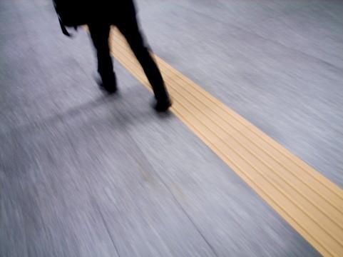 街を歩く人の画像