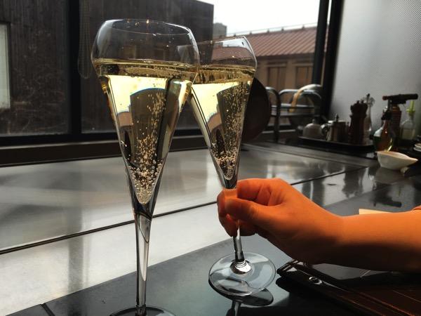 シャンパンで乾杯の画像