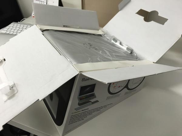 Spinidoアルミニウム製MacBook/SONY/SAMSUNGノートPC スタンドsilverの開封しているところの画像