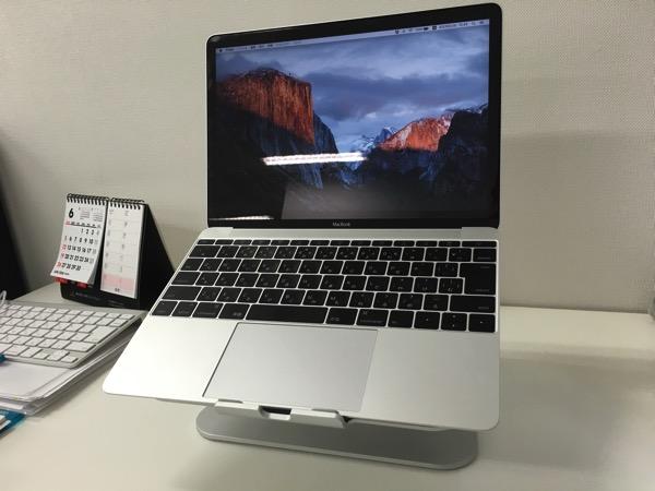 いつもデスクにMacBookを直に置いて作業していた。 Spinidoアルミニウム製MacBook/SONY/SAMSUNGノートPC スタンドsilverにMacBookを設置した正面からの画像