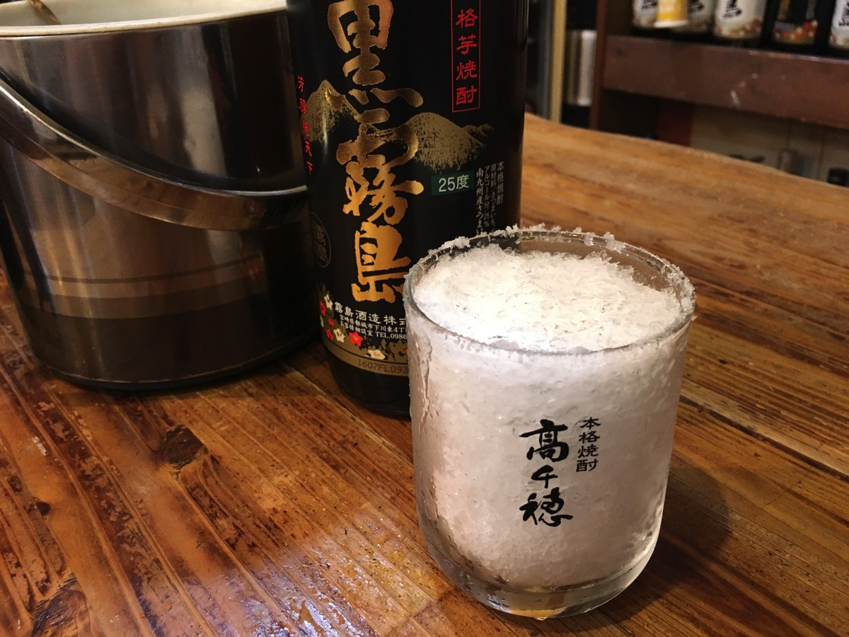 ブラスにかき氷を入れている画像