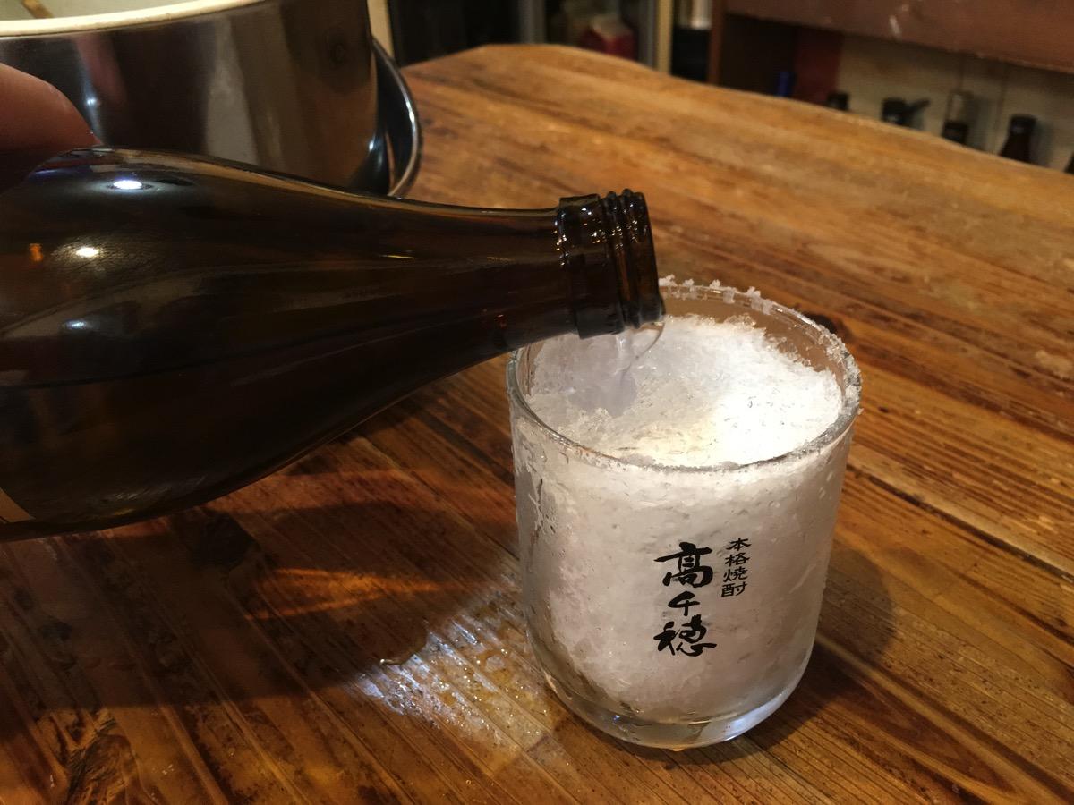 焼酎のかき氷割を作っているところの画像