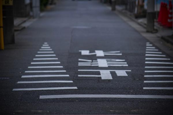 止めれの道路標識の画像