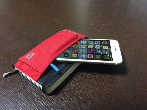 モレスキンノートブックツールベルトにiPhone6sを入れてみた画像