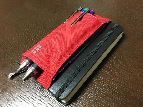 モレスキンノートブックツールベルトをモレスキンに装着してボールペンを2本いれた画像