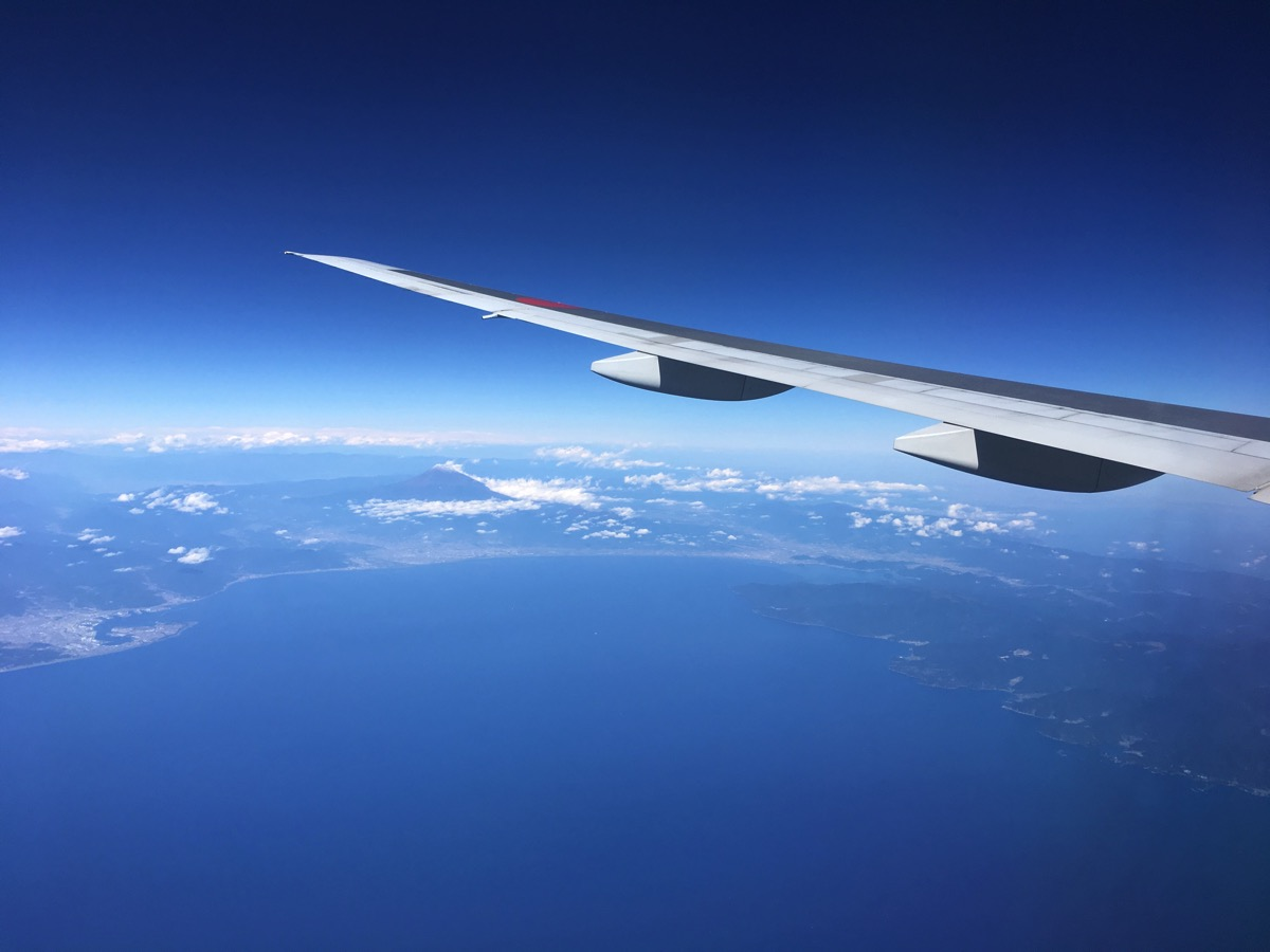 飛行機から見た富士山の景色
