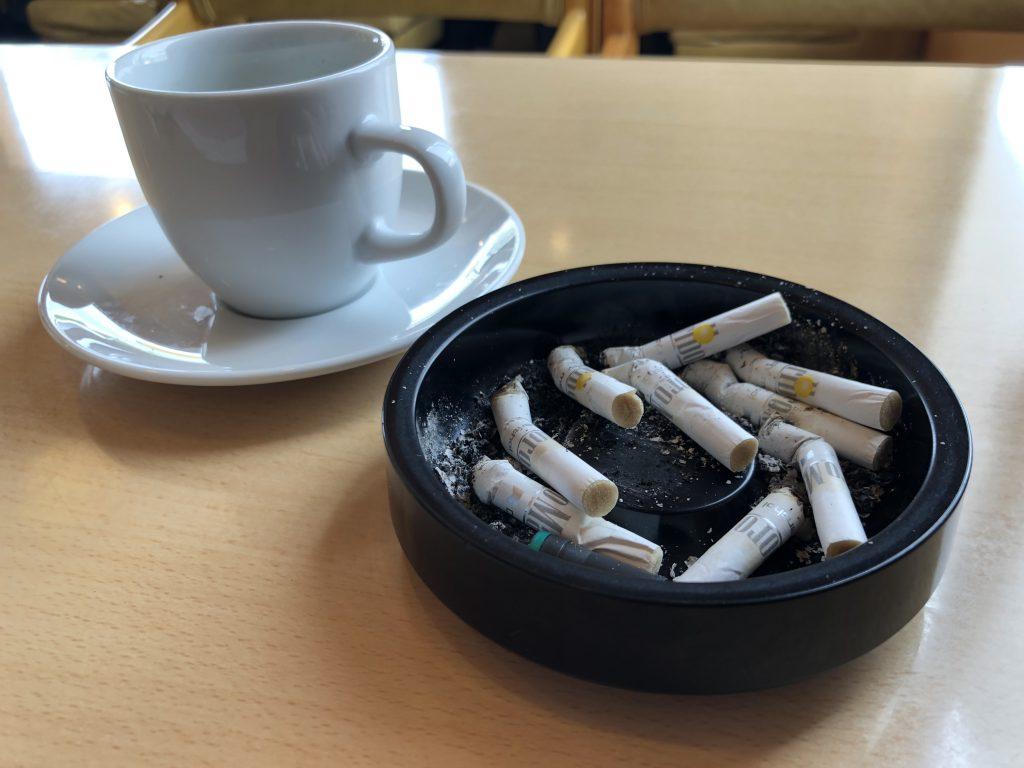 タバコの吸い殻の画像