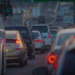渋滞で混雑する道路の画像